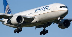 United Airlines will offer passengers up to $10,000 to surrender seats